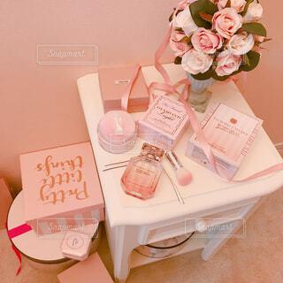 テーブルの上のピンクの花の写真・画像素材[1476947]