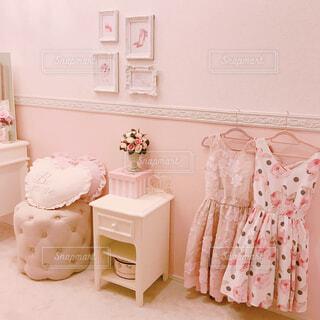 部屋のベッド付きのベッドルームの写真・画像素材[1476960]