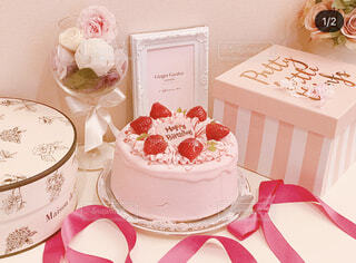 テーブルにバースデー ケーキのプレートの写真・画像素材[1477144]