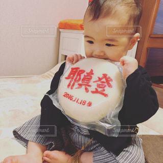 誕生日にお祝いをされている子の写真・画像素材[1477073]