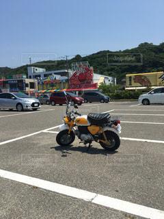 オートバイは、駐車場に駐車の写真・画像素材[1477660]