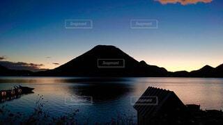 朝日が昇る榛名山の写真・画像素材[1532183]