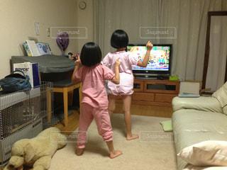 アニメのダンスを真似るお姉ちゃんと妹の写真・画像素材[1479356]