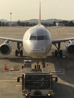 空港で駐機場の上に座っている大型旅客機の写真・画像素材[1478903]