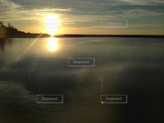 水の体に沈む夕日の写真・画像素材[1479026]