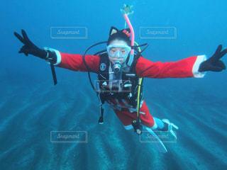 水体で泳ぎながら空気を通って飛んで男の写真・画像素材[1479241]