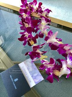 テーブルの上に座って花の花瓶の写真・画像素材[1478937]