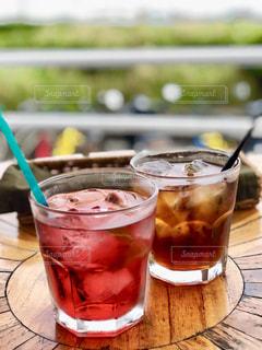 コーヒーやビール、テーブルの上のガラスのカップの写真・画像素材[1479048]