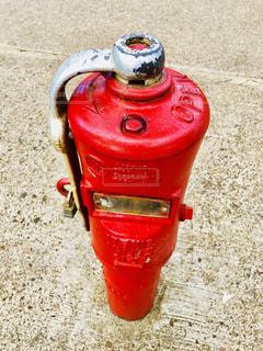 カウンターに座っている赤い消火栓の写真・画像素材[1482508]