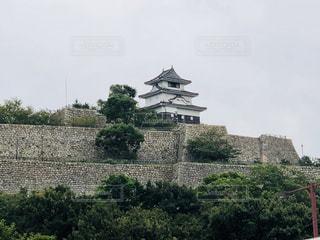 姫路城の前で大きい石造りの彫像の写真・画像素材[1480084]