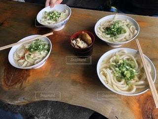 木製テーブルの上に座って食品の完全版の写真・画像素材[1480086]