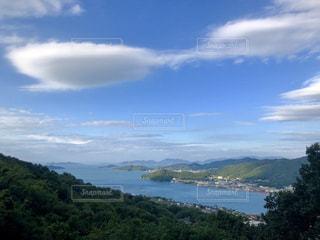 背景の山と水の大きな体のビューの写真・画像素材[1480146]