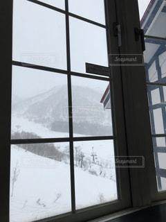 大きな窓の雪景色の写真・画像素材[1481004]