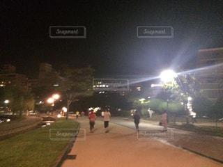 夜のランニングの写真・画像素材[1490218]