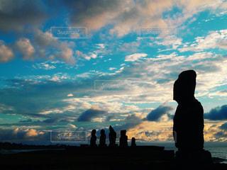 日没の前に立っている人の写真・画像素材[1482472]