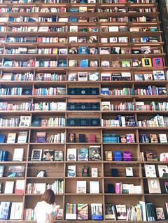 近くに図書の棚の本でいっぱいの写真・画像素材[1485471]