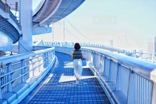 橋の上に立っている人の写真・画像素材[1482155]