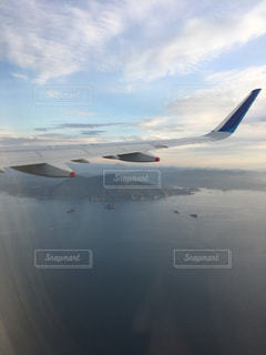 海上を飛んでいる飛行機の写真・画像素材[1561982]