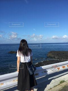 海を眺める娘の写真・画像素材[1515563]