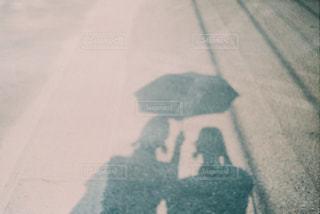 相合傘の影の写真・画像素材[1483042]