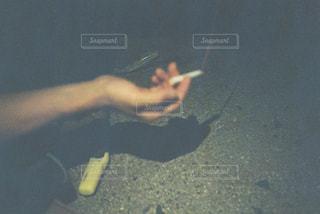 煙草を吸う手の写真・画像素材[1485203]