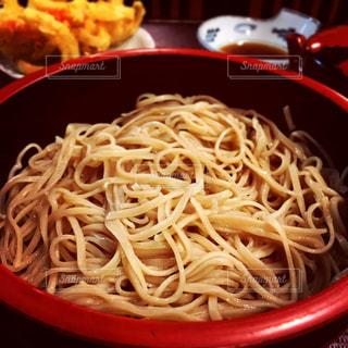 信州名物のざるに盛られた中盛のもりそばと、かき揚げ天ぷらの写真・画像素材[1483031]