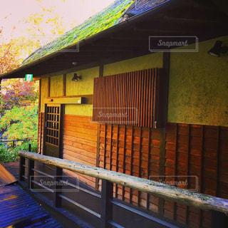 苔むした風情のあるかやぶき屋根の日本家屋と小道の写真・画像素材[1486308]