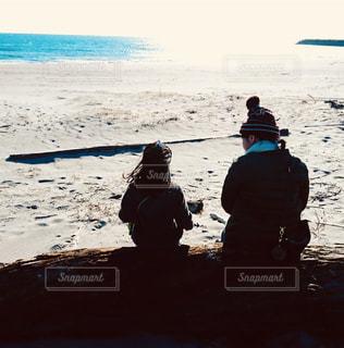 浜辺で語らう母と娘の写真・画像素材[1484820]