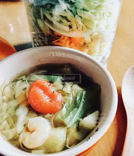 テーブルの上のスープの写真・画像素材[1489332]