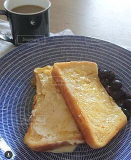 フレンチトーストとコーヒーの写真・画像素材[1489658]