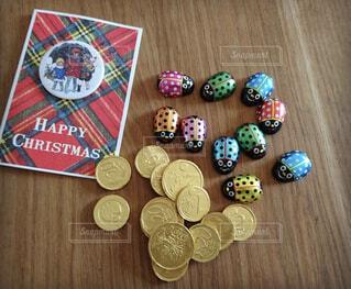 木製テーブルの上にクリスマスカードとチョコレートの写真・画像素材[1489665]