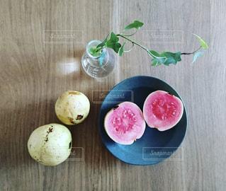 木製テーブルの上の皿にグァバの写真・画像素材[1489703]