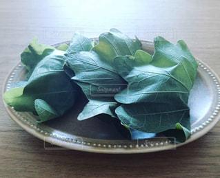 皿に乗った柏餅の写真・画像素材[1489709]