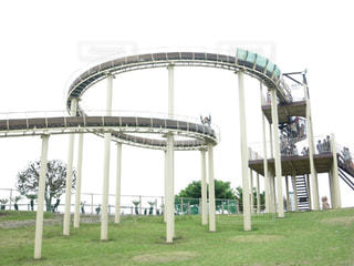 公園のロングスライダーでバンザイする人の写真・画像素材[1490283]
