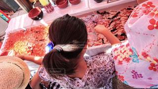 祭りで金魚すくいをする女の子の写真・画像素材[1497776]