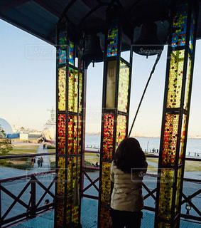 夕方にステンドグラスのキレイな横浜の港で鐘を鳴らす女の子🔔の写真・画像素材[1500260]