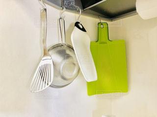 キッチンにて台所用品を吊るす収納の写真・画像素材[1500265]