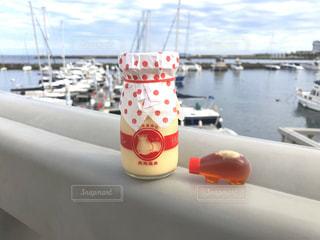 熱海のヨットハーバーで熱海プリンを食べる🍮の写真・画像素材[1532911]