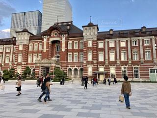 東京駅と人と高層ビルの写真・画像素材[1559615]