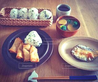 テーブルの上に食べ物のプレートの写真・画像素材[1563904]