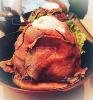 テーブルの上の山盛りのローストビーフ丼の写真・画像素材[1567395]