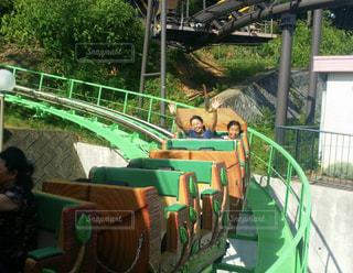 日本モンキーパークのジェットコースターに乗って笑う2人の女の子の写真・画像素材[1569958]