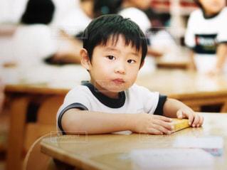 体操服を着て絵を描く男の子の写真・画像素材[1583544]