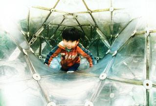 透明な遊具で遊ぶ少年の写真・画像素材[1583556]