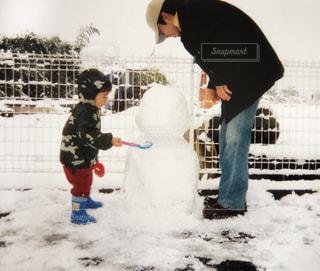 雪遊びする親子の写真・画像素材[1583574]