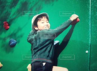 ボルダリングする少年の写真・画像素材[1584046]
