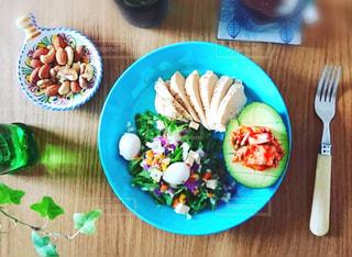 木製テーブルの上のダイエット向きのチキンの写真・画像素材[1597439]