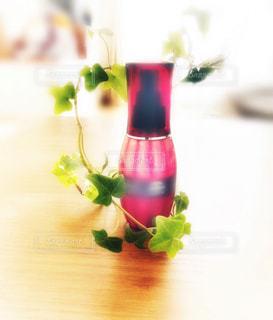 テーブルの上に花瓶の花の花束の写真・画像素材[1599605]