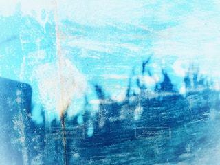 水色の壁に草のシルエットの写真・画像素材[1627014]