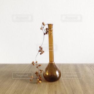 木製テーブルの上に木の実のメスフラスコの写真・画像素材[1627035]